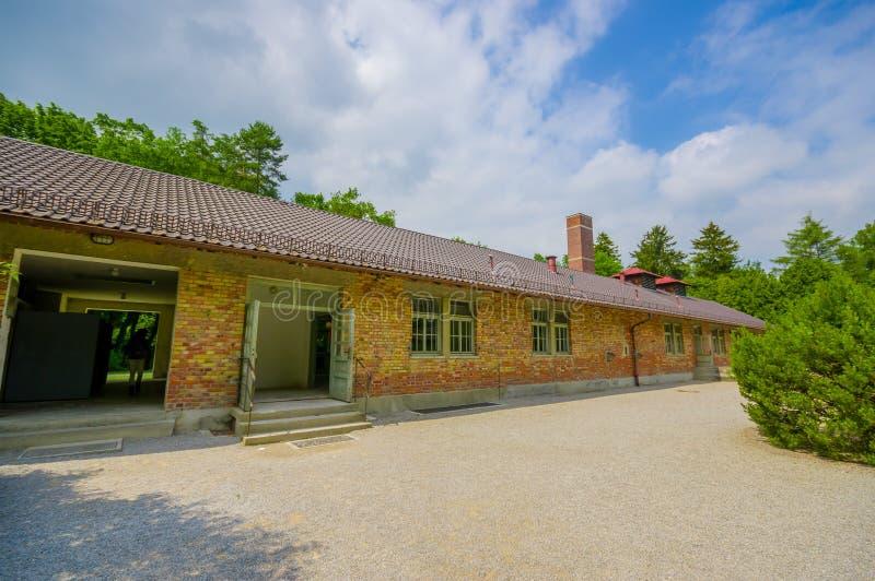 Dachau, Deutschland - 30. Juli 2015: Äußere Ansicht von krematorium Gebäude mit dem Hinweiszeichen sichtbar zur Seite stockfotografie