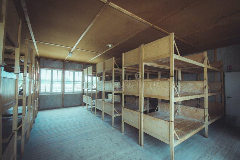 Dachau, Deutschland - 30. Juli 2015: Das innere Schlafen viertelt mit den hölzernen Etagenbetten, die Gefangenen schreckliches Le lizenzfreies stockbild