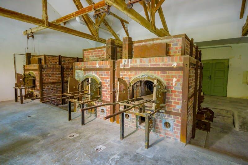 Dachau, Deutschland - 30. Juli 2015: An Ziegelsteinöfen innerhalb des Krematoriumsgebäudes, das grauenhafte Wirklichkeit zeigt vo stockbilder