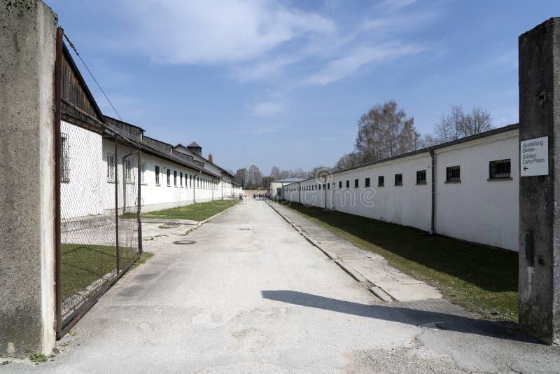 DACHAU: Dachau läger, den första koncentrationsläger i Tyskland under världskrig II, historiska byggnader och utomhus- fält i läg royaltyfri fotografi