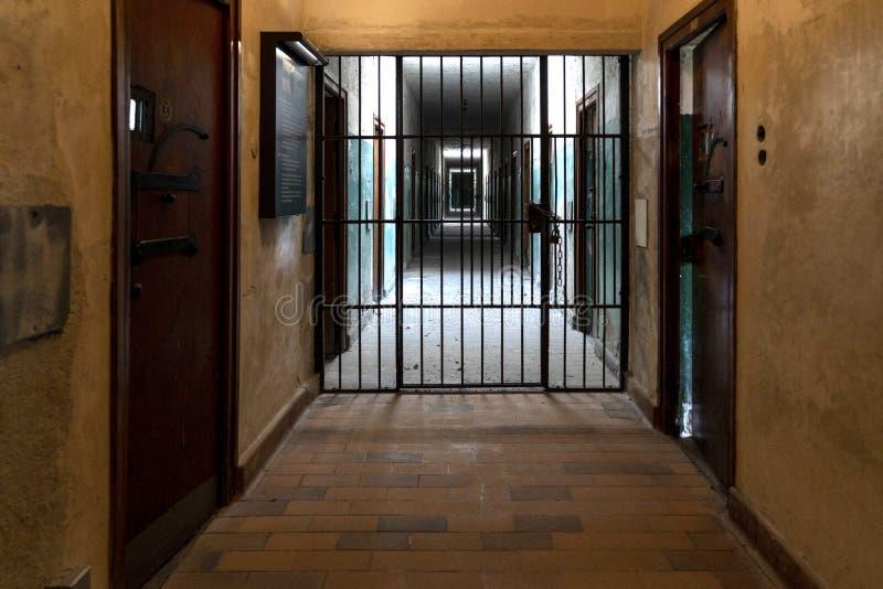 DACHAU: Dachau läger, den första koncentrationsläger i Tyskland under världskrig II, historiska byggnader och utomhus- fält i läg royaltyfria bilder