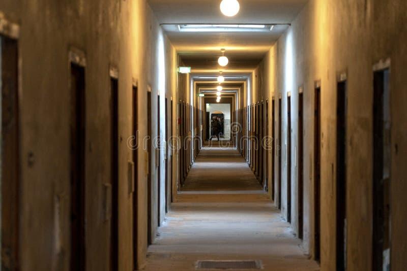 DACHAU: Dachau läger, den första koncentrationsläger i Tyskland under världskrig II, historiska byggnader och utomhus- fält i läg royaltyfri foto