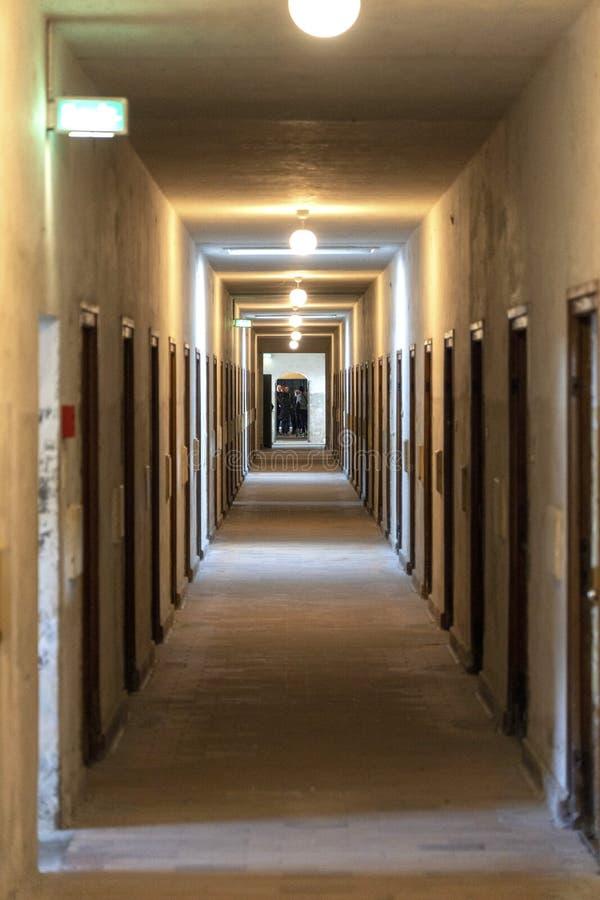 DACHAU: Dachau läger, den första koncentrationsläger i Tyskland under världskrig II, historiska byggnader och utomhus- fält i läg royaltyfri bild