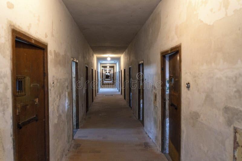 DACHAU: Dachau läger, den första koncentrationsläger i Tyskland under världskrig II, historiska byggnader och utomhus- fält i läg royaltyfria foton