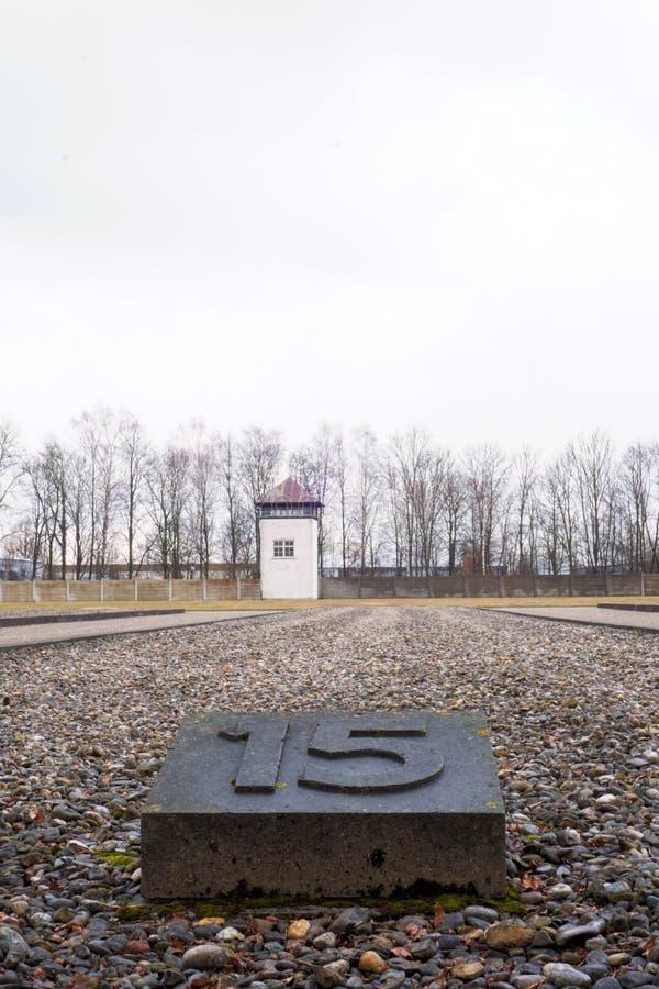 Dachau, oberes Bayern/Deutschland - März 2018: Ein Wachturm steht über Reihen des Steins und des Felsens hoch stockfoto