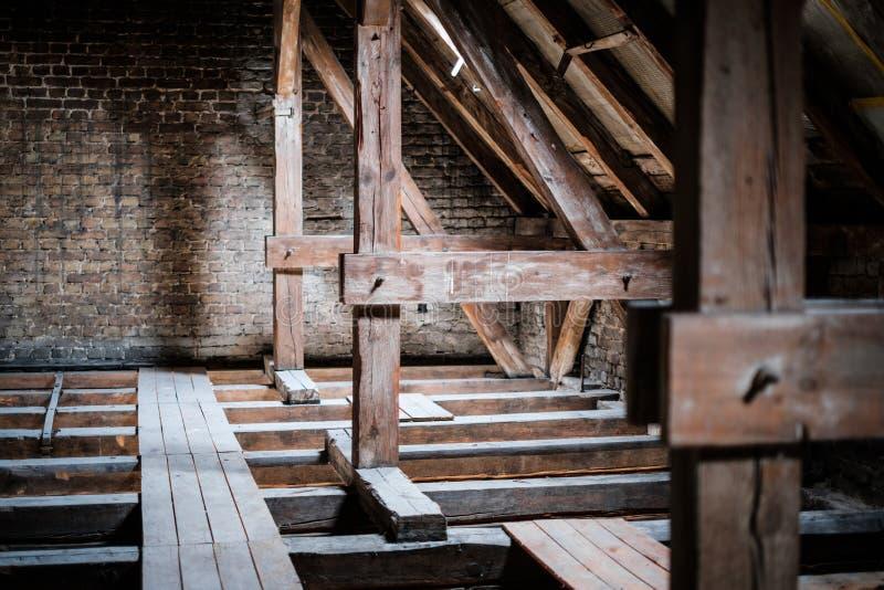 Dachbalken im alten, leeren Dachboden/im Dachboden vor Erneuerung/Baukonzept stockbilder