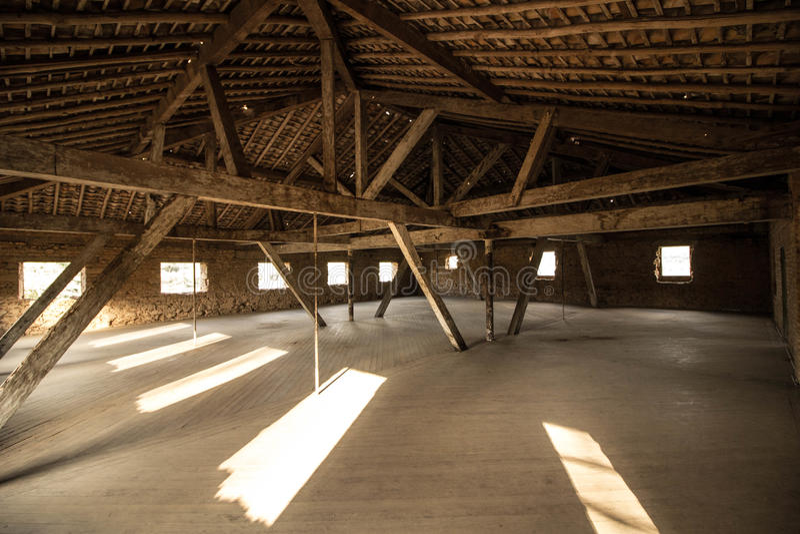 Dachboden einer Villa in den Ruinen lizenzfreie stockfotografie
