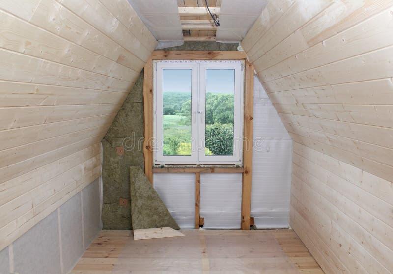 Dachboden im Bau: Montagewärmedämmung um das Fenster stockbild