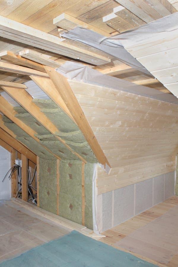 Dachboden im Bau: Montagewärmedämmung und Abkommenbrett stockbild