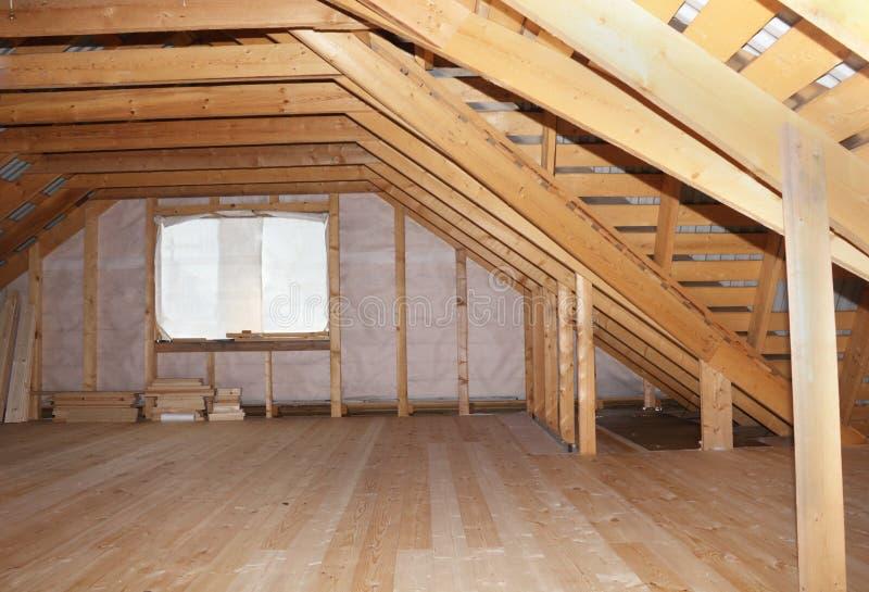 Dachboden im im Bau Gesamtüberblick des Holzhauses lizenzfreie stockfotos
