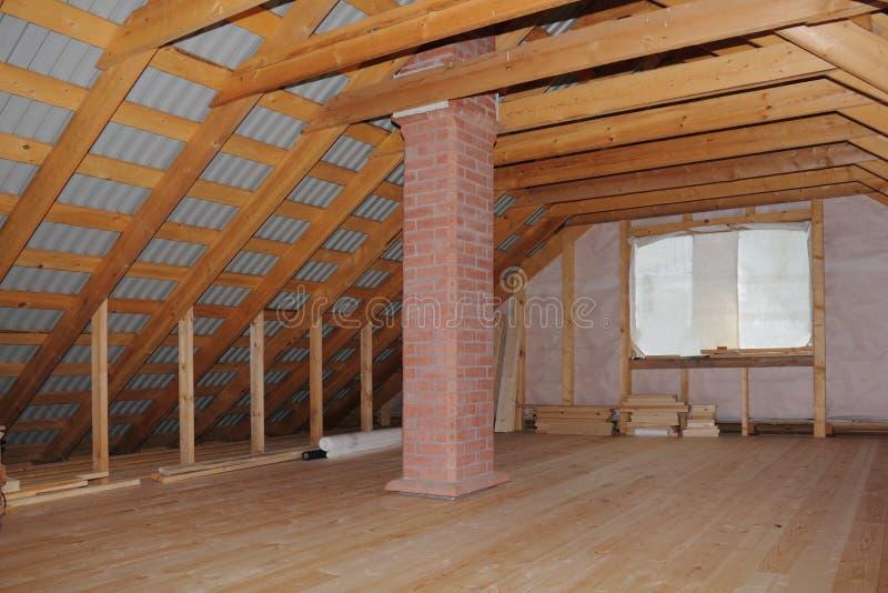 Dachboden mit Kamin im Holzhaus im Bau lizenzfreie stockbilder