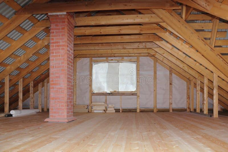 Dachboden mit Kamin im im Bau Gesamtüberblick des Holzhauses stockfotografie