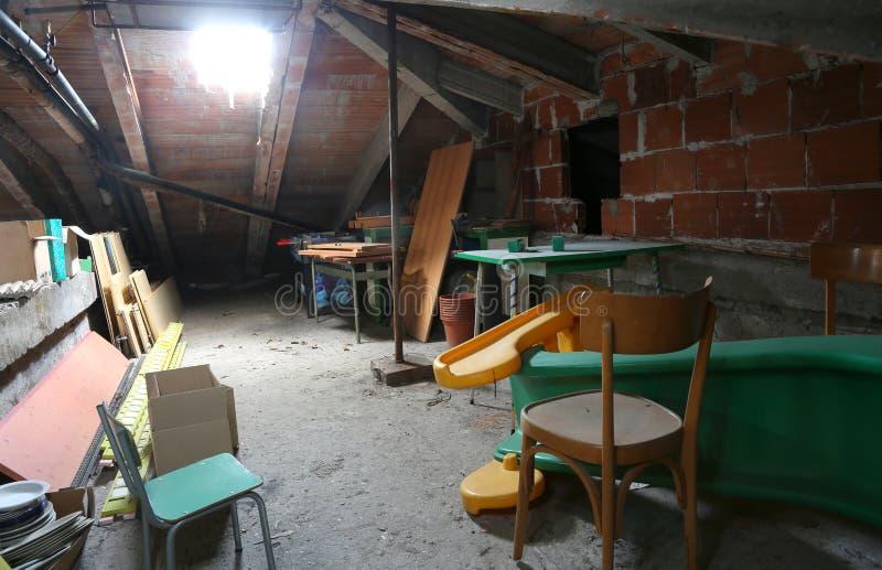 Dachboden unter dem Dach und mehr Möbeln stockbild
