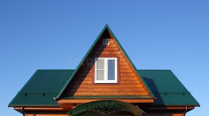 Dachboden unter dem rgeen Metalldach stockfotografie
