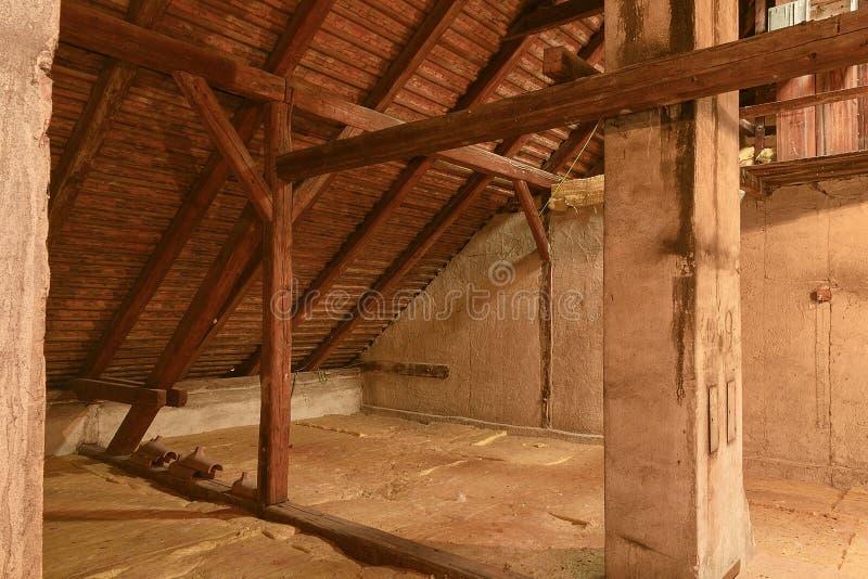 Dachbodendachbodenisolierung Alter Dachboden Erneuerung und Wärmedämmung mit Mineralsteinwolle lizenzfreies stockfoto