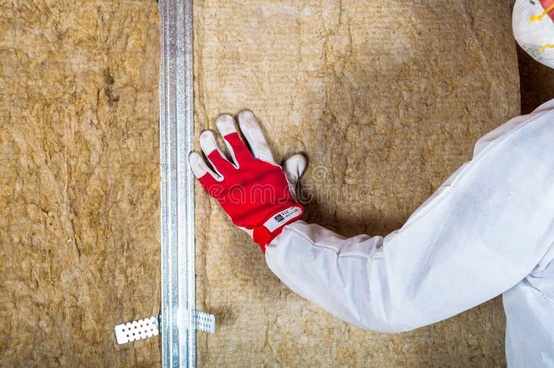 Dachbodendachbodenisolierung eigenhändig lizenzfreies stockfoto