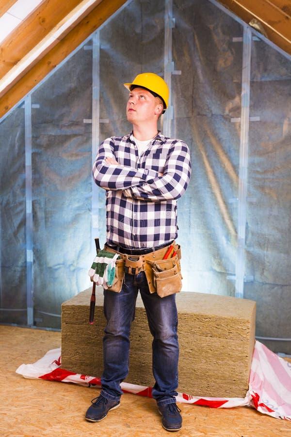 Dachbodenerneuerung Heimwerker mit einem Werkzeuggurt Kopieren Sie Raum stockbilder