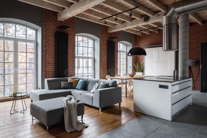 Dachbodeninnenraum mit hölzerner Decke lizenzfreie stockbilder