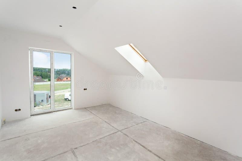 Dachbodenraum im Bau mit Gipskartonplatten und Fenstern stockfotografie