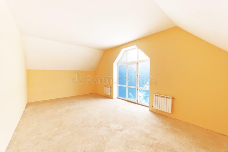 Dachbodenrauminnenraum lizenzfreie stockfotografie