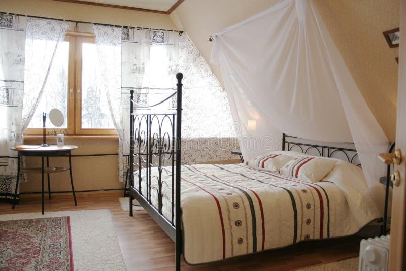 Dachbodenschlafzimmer lizenzfreies stockfoto
