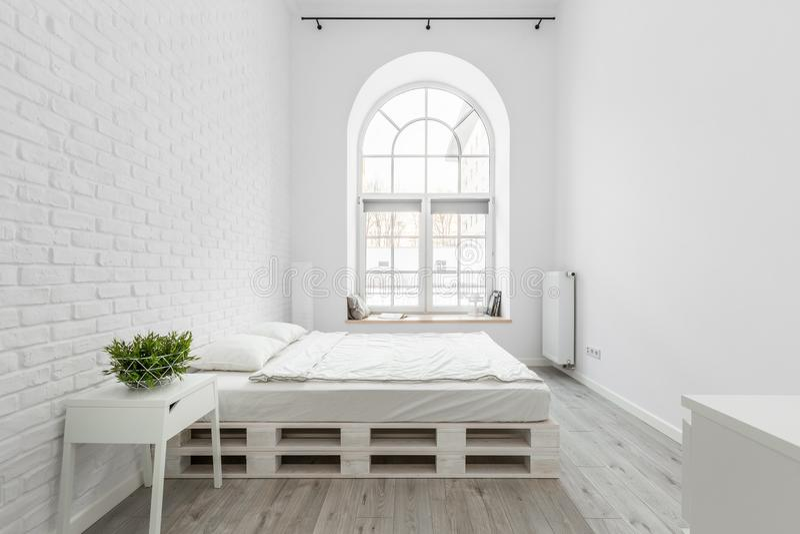 Dachbodenschlafzimmer mit Backsteinmauer stockfotos