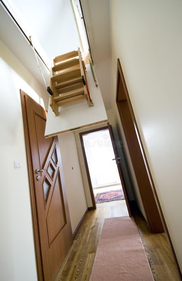 Dachbodenstrichleiter im modernen Haus stockbilder