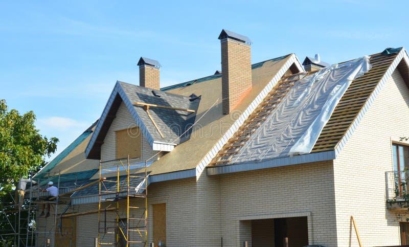 Dachdecker-Auftragnehmer für die Installation von Asphalt-Schindeln auf dem Hausdach Dachdeckerreparatur des Auftragnehmers Dachr lizenzfreie stockbilder