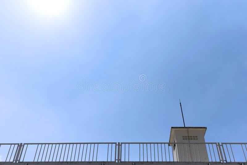 Dachgebäude und blauer Himmel im starken Sonnenlicht, uprisen Winkel konkurrieren lizenzfreies stockfoto