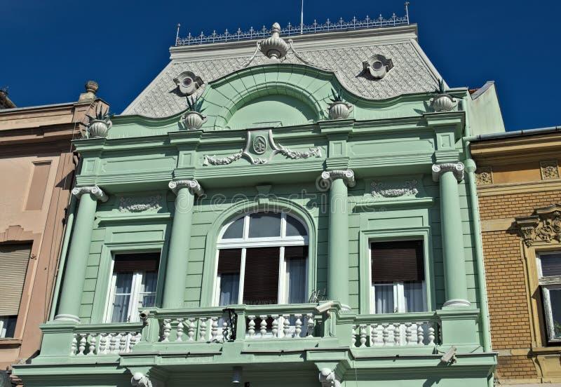 Dachgeschoss Gebäudes des des 19. Jahrhunderts, in ihm ` s alte Pracht völlig erneuert lizenzfreie stockfotografie