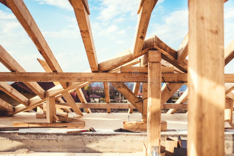 Dachkonstruktionsdetails mit Bindersystem und Außenstrahlen lizenzfreie stockfotos