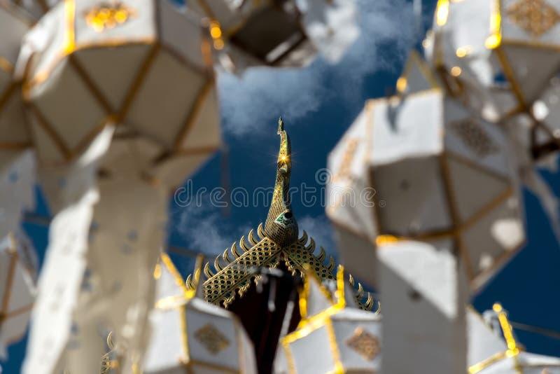 Dachowa dwuokapowa Złota Tajlandzka stylowa świątynia, Wat Phra Ten Hariphunchai t zdjęcia royalty free