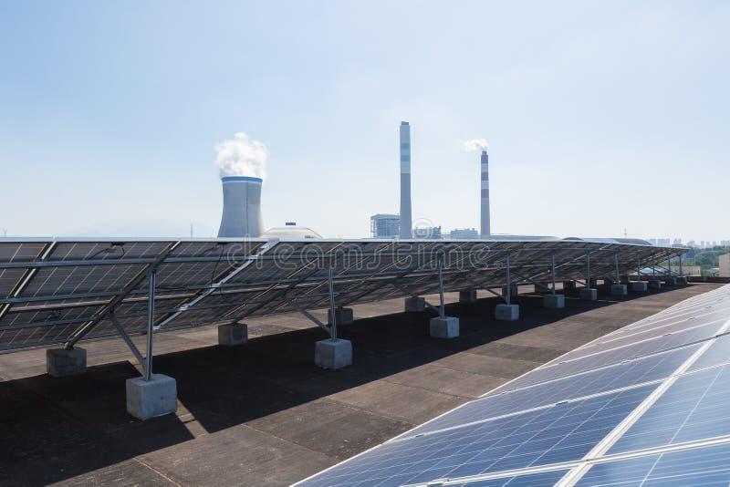Dachowa energia słoneczna i termiczna elektrownia obrazy stock
