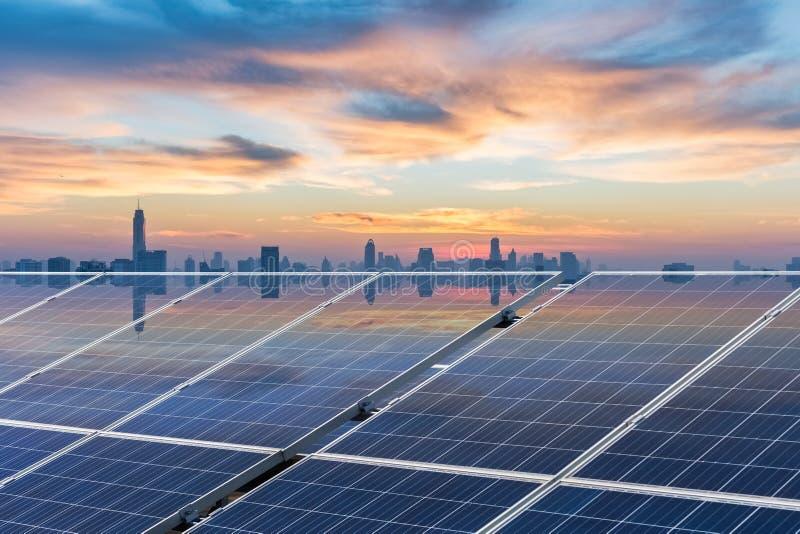 Dachowa energia słoneczna w zmierzchu obrazy stock