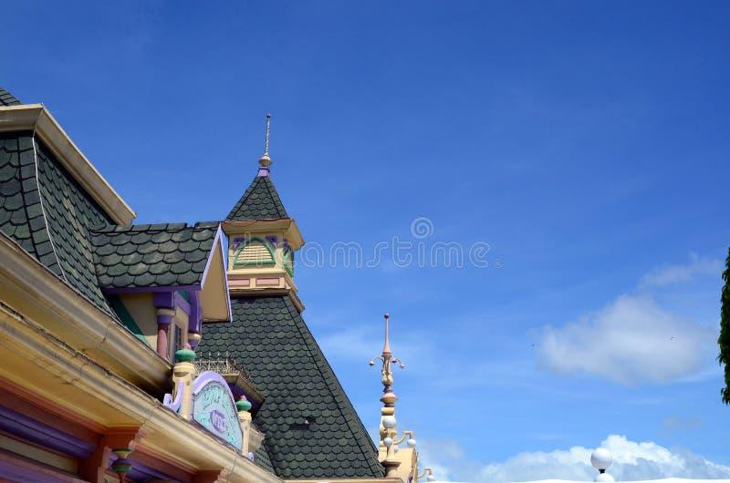 Dachowa odgórna fasada Zaczarowany królestwo park tematyczny dokąd lokalni i cudzoziemscy turyści gromadzą się zdjęcie stock