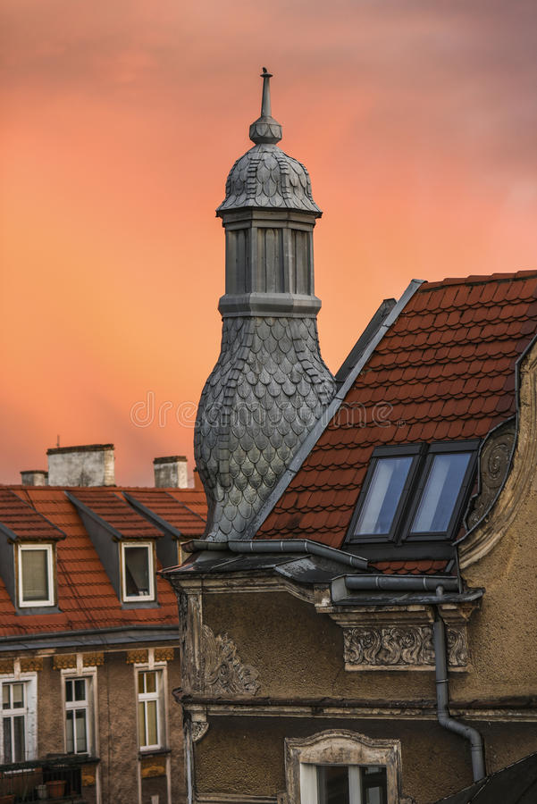 Dachowa wieżyczka dom miejski podczas zmierzchu obraz stock