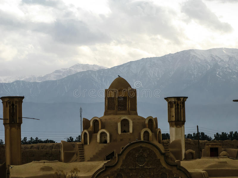 Dachowego widoku tradycyjnego persa Borujerdi domowy chłodniczy wierza, Kashan Iran fotografia stock