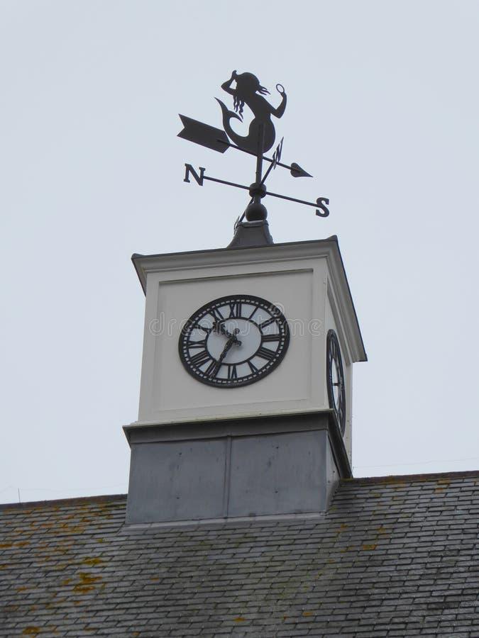 Dachowego wierzchołka Zegarowy i Pogodowy Vane obrazy royalty free