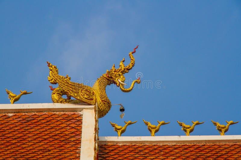 Dachowy styl tajlandzka świątynia z dwuokapowym apeksem na wierzchołku zdjęcie stock