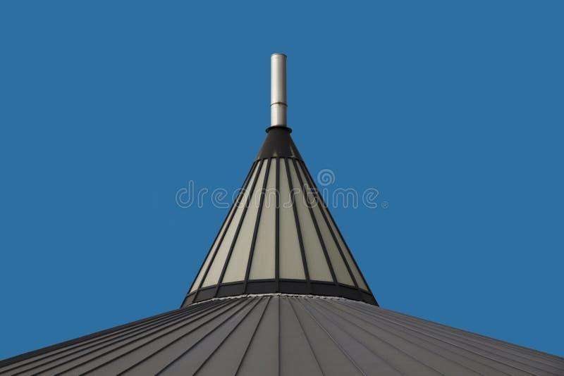 Dachowy wierzchołka rożek przeciw niebieskiemu niebu zdjęcie stock