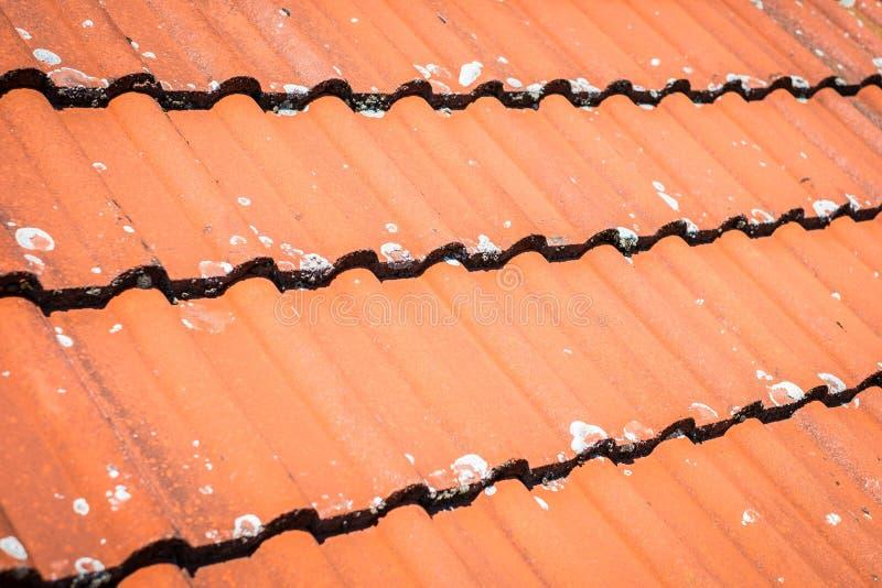 Dachowy zbliżenie, dekarstwo płytki makro- - czerwony dachowej płytki wzór obraz stock