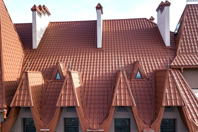 , dachowymi i błyszczącymi w górę budynek fasadowej powierzchowności z stiuk ścianą, obsada żelaznymi balkonowymi poręczami, stro zdjęcia stock