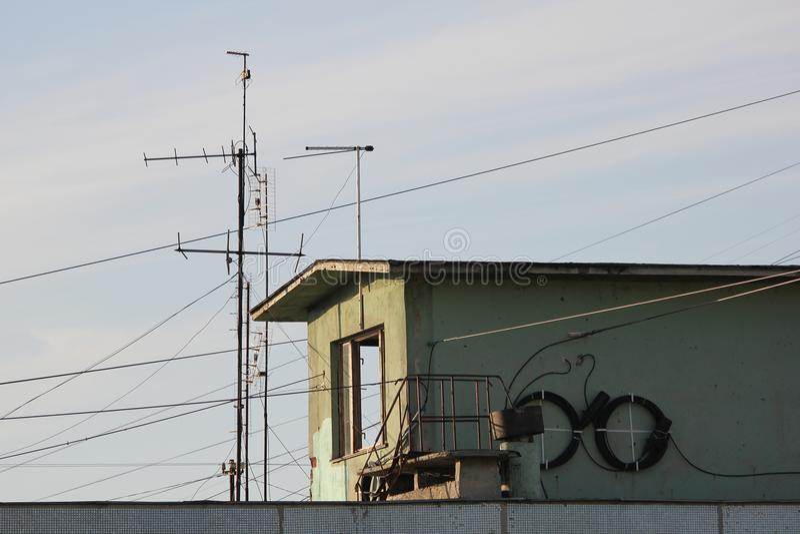 Dachspitze des Wohngebäudes mit Drähten und Kabeln lizenzfreies stockbild