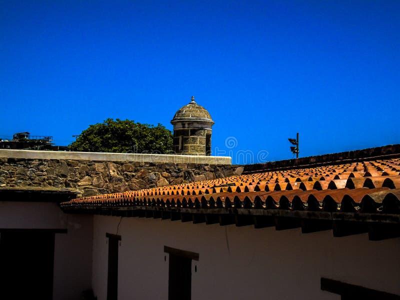 Dachspitze in einem antiken Schloss stockbilder