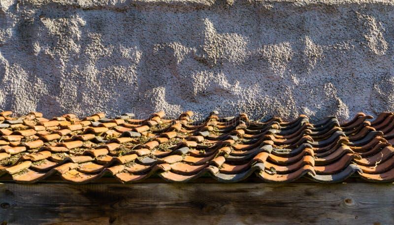 Dachspitze mit dem alten und schmutzigen Mit Ziegeln decken in den Farben orange und schwarz stockfoto