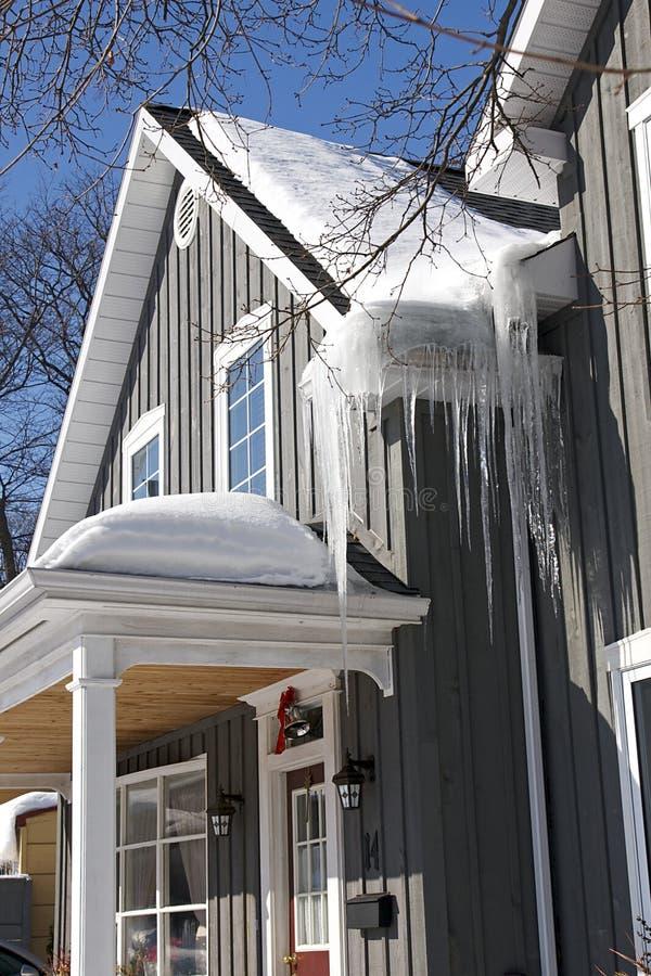 Dachspitze mit Eis und Schnee stockfoto