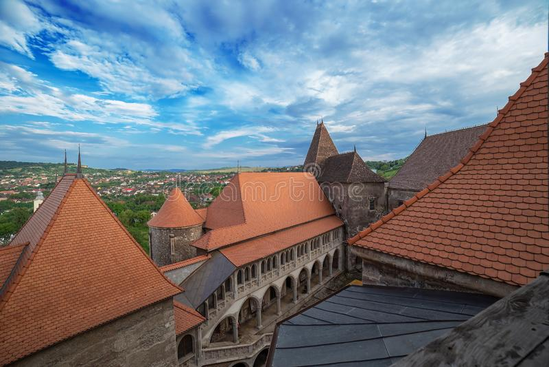 Dachspitze und Vogelperspektive von einem Teil am Corvins-Schloss, Hunedoara, Siebenbürgen, Rumänien stockfotos