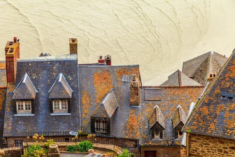 Dachspitzen auf Mont Saint Michel stockfotografie