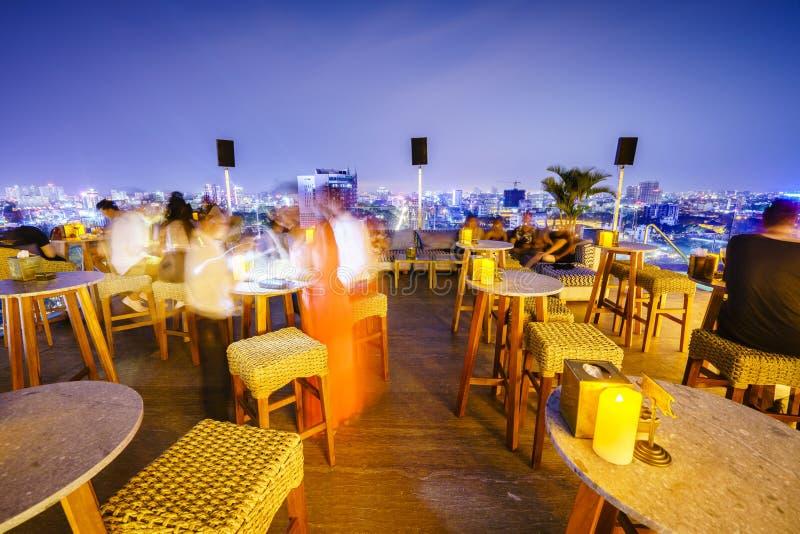 Dachspitzen-Cocktails in Saigon, Vietnam lizenzfreie stockbilder
