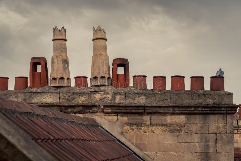Dachspitzen, Fliesen und Kamine stockfotografie